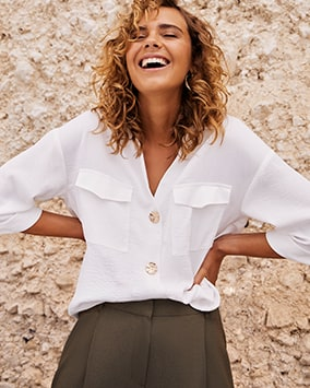 Loose white shirt with 2 breast pockets and large light buttons