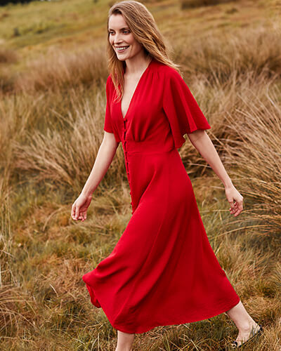 V-neck red dress with wide, short sleeves