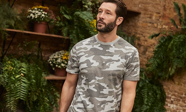 Short sleeve camouflage T-shirt in shades of grey with light grey collar